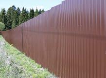 篱芭由棕色金属专业地板制成 图库摄影