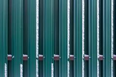 篱芭由金属板制成 免版税库存图片