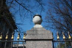 篱芭的一个花瓶的装饰以浅浮雕的形式 免版税库存图片