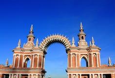 画廊篱芭的曲拱在Tsaritsyno庄园的 免版税库存照片
