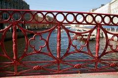 篱芭红色铁桥梁在圣彼德堡 库存图片