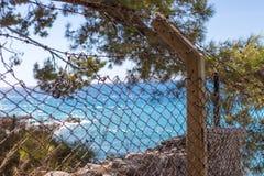 篱芭美好和迷离蓝色海视图后面  图库摄影