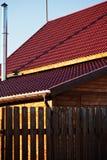 篱芭,烟囱,新的木房子红色瓦片  免版税库存照片