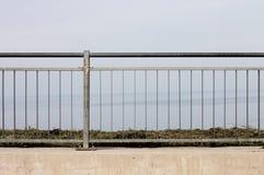 篱芭-在海的钢栏杆 库存图片