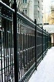 篱芭lawnBlack在街道上的金属篱芭 库存照片