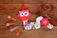 簪子的组织者,毛毡猫头鹰,一套发夹 汽车颜色制作做纸铅笔红色剪刀射击的温室孩子轻的宏指令 背景棕色木 库存照片