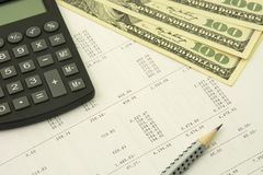 簿记概念 美元、铅笔和计算器在数字背景 免版税库存图片