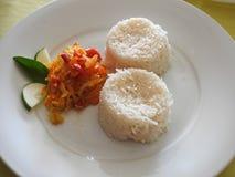 米、沙拉、黄瓜和一片热带叶子两服务  Creol 免版税库存照片