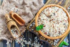 米不同的品种混合物在一个木碗特写镜头的 图库摄影