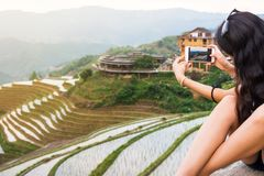 米与电话的大阳台风景的旅游采取的图片 库存照片