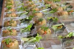 米为吃塑料盒的门做准备 免版税库存图片