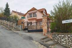 米什科尔茨,匈牙利- 2018年4月17日:一个私有房子的设计有篱芭的在小山 免版税库存图片