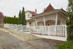 米什科尔茨,匈牙利- 2018年4月17日:一个私有房子的设计有篱芭的在小山 图库摄影