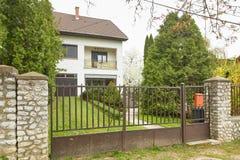 米什科尔茨,匈牙利- 2018年4月17日:一个私有房子的设计有篱芭的在小山 免版税图库摄影