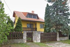 米什科尔茨,匈牙利- 2018年4月17日:一个私有房子的设计有篱芭的在小山 免版税库存照片