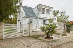 米什科尔茨,匈牙利- 2018年4月17日:一个私有房子的设计有篱芭的在小山 库存照片