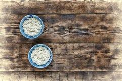 米传统地道印地安和亚洲食物 在两个蓝色碗的米在木钢在餐馆 库存图片