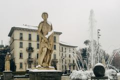 米兰、伦巴第、意大利、雕象和喷泉在朱利奥塞萨尔广场,在新的Citylife地区附近, 免版税库存照片