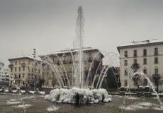 米兰、伦巴第、意大利、雕象和喷泉在朱利奥塞萨尔广场,在新的Citylife地区附近 免版税库存图片