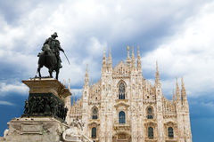 米兰与雕象的大教堂圆顶反对多云天空在夏天 库存图片