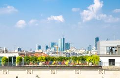 米兰从屋顶,意大利的市中心摩天大楼顶面鸟瞰图  图库摄影