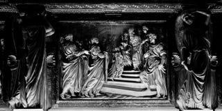 米兰伦巴第意大利4月07日2014年中央寺院米兰内部浅浮雕 免版税库存图片