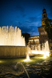 米兰喷泉和宫殿在夜之前 库存图片