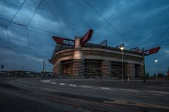米兰圣西路球场体育场在晚上 免版税库存照片