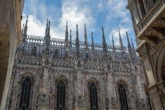 米兰大教堂中央寺院的外面旁边门面有它的典型石峰的在哥特式样式 米兰,意大利 免版税库存照片