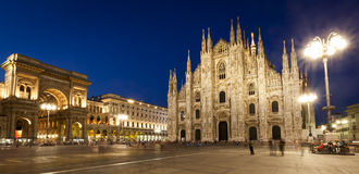 米兰大教堂夜视图全景 免版税库存图片