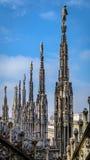米兰大教堂尖顶在蓝天下 免版税图库摄影