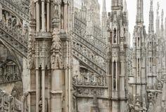 米兰大教堂屋顶哥特式装饰品尖顶指向了archs雕象 免版税库存图片