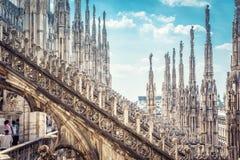 米兰大教堂屋顶的惊人的看法,意大利 免版税库存照片