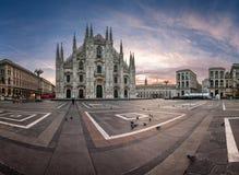 米兰大教堂(中央寺院二米兰),维托里奥Emanuele全景  免版税库存图片