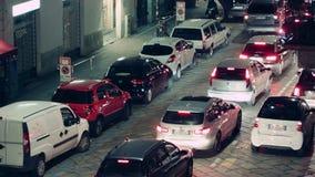 米兰市汽车在晚上 股票视频