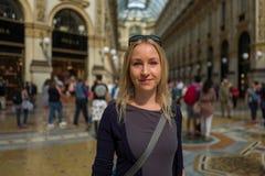 米兰画廊的白肤金发的女孩 免版税库存图片