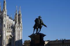 米兰美丽的大教堂城市的瞥见有雕象的 库存照片