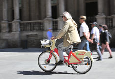 米兰街道的人们  库存照片