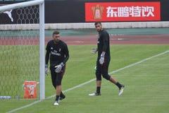 米兰足球俱乐部训练的守门员在广州,中国 免版税库存图片