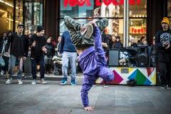 米兰跳舞的Breakdancer人在街道 免版税图库摄影