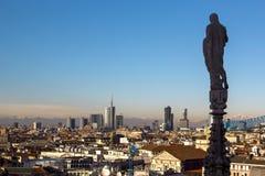 米兰,一个现代城市的顶视图、摩天大楼和塔、山在天际和主要大教堂的雕象计数的 免版税图库摄影