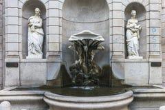 米兰,在街道上的喷泉 免版税库存照片