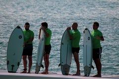 米兰,意大利,2019年6月20日,/小组有等待他们的在波浪水池的水橇板的年轻冲浪者轮 Idroscalo湖 免版税库存照片