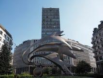 米兰,意大利, 2018年4月17日-现代纪念碑和马蒂尼鸡尾酒塔在中央寺院附近在米兰,意大利摆正 米兰2018年4月17日 库存图片