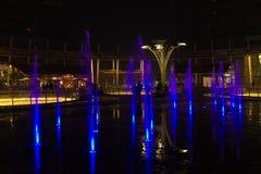 米兰,意大利,财政区夜视图 有启发性水f 免版税库存照片