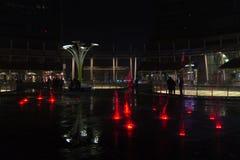 米兰,意大利,财政区夜视图 有启发性水f 库存照片