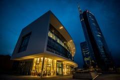 米兰,意大利, 2014年6月18日:新的Unicredit银行摩天大楼,夜场面 免版税库存照片