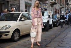 米兰,意大利:2018年9月19日:妇女在朱拜勒时装表演以后的streetstyle成套装备 库存图片