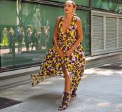 米兰,意大利:2018年9月23日:街道样式成套装备的妇女在阿玛尼时装以后 库存照片