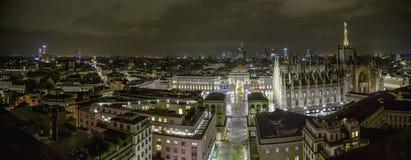 米兰,意大利- 08 31 2018年:中央寺院二米兰-圆顶场所维托里奥Emanuele,鸟瞰图-夜 库存图片